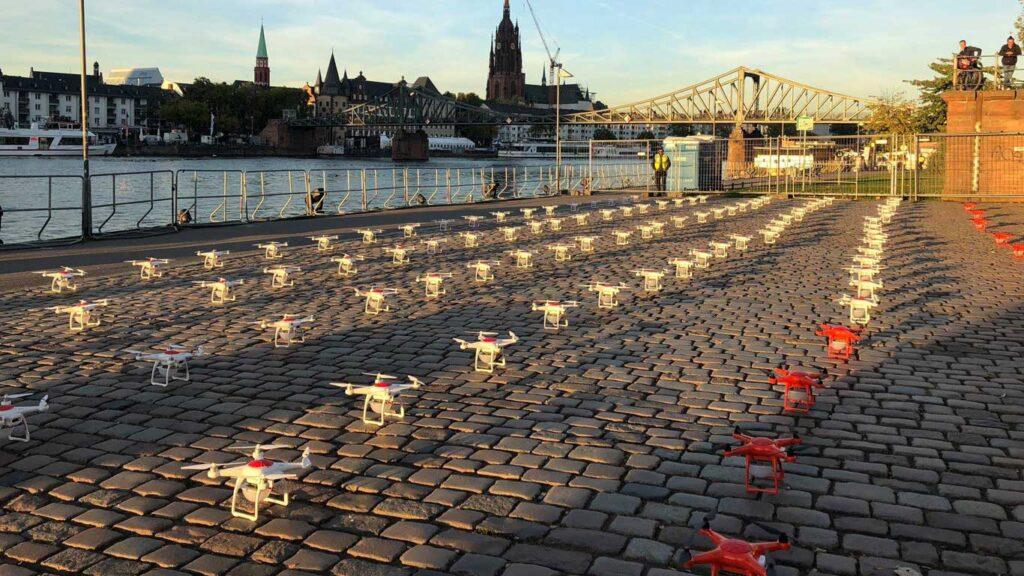 posizionamento di droni luminosi prima del decollo