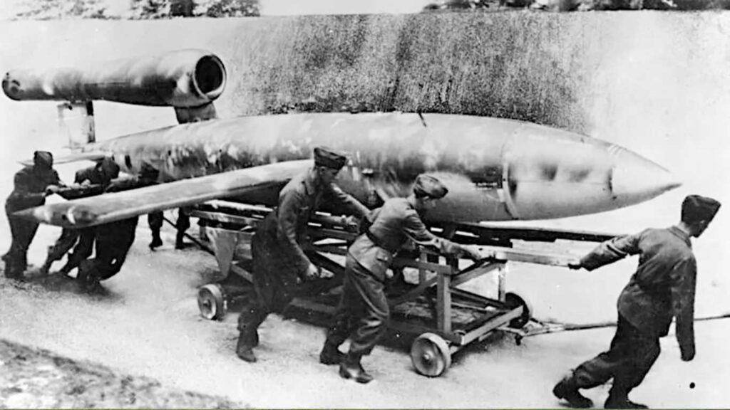 soldati che spostano un drone tedesco doodlebug v1