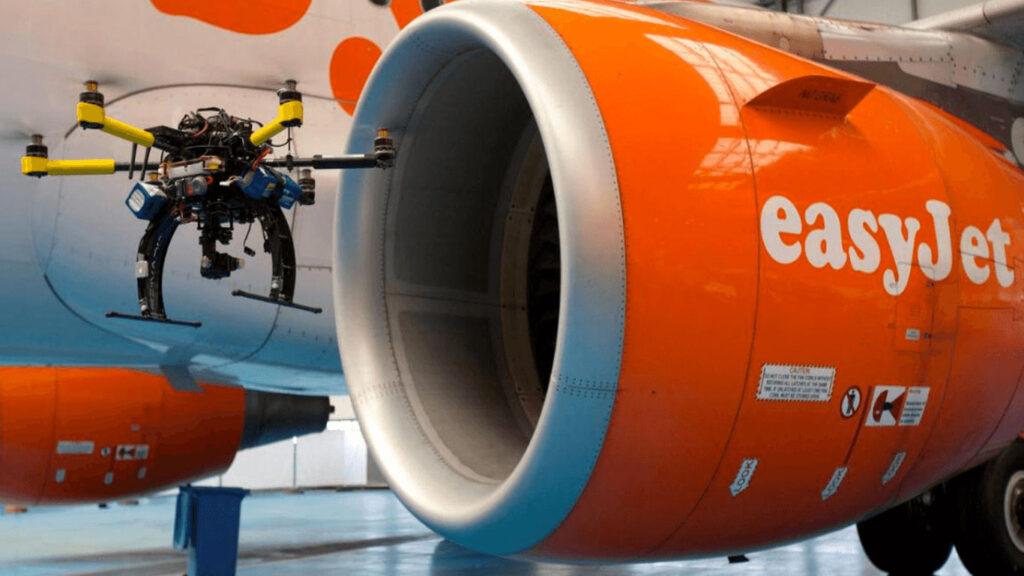drone che ispeziona un aereo di linea